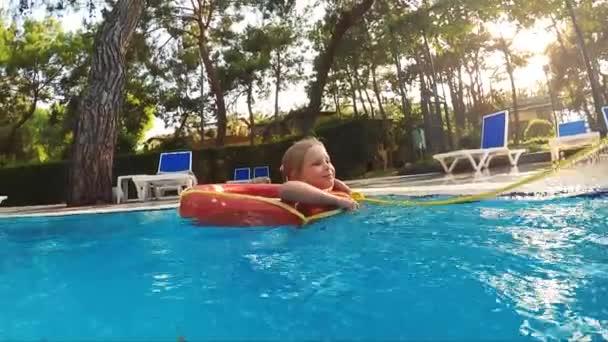 Kind schwimmt im Kreis