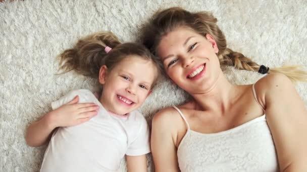 Roztomilá malá dcera a její maminku líbat navzájem. Láska, štěstí, matky den koncept