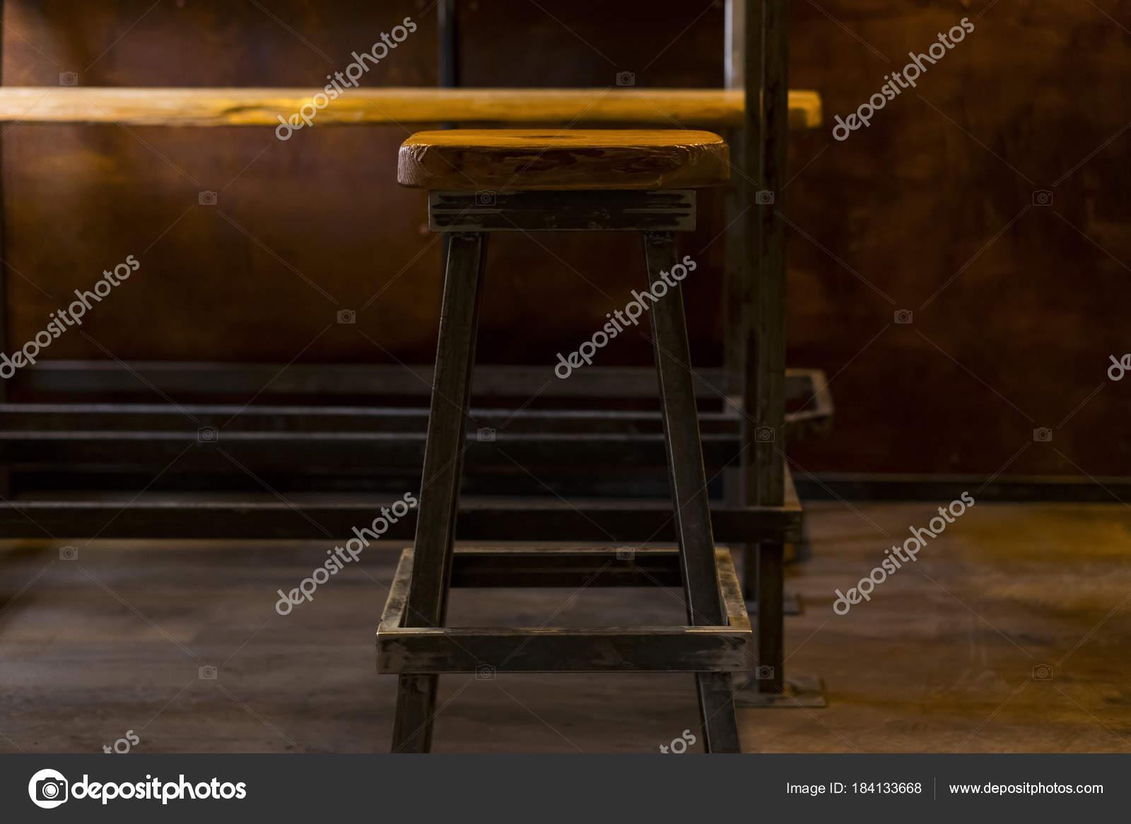 Fatti in casa sedia in negozio sgabello in legno u foto stock