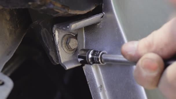 Oprava motoru auta. Pomocí panelu nástrojů
