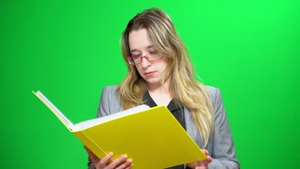 Office manager s složku sestav. Záznamy o studiu. Vážné a soustředěný. Zelené pozadí