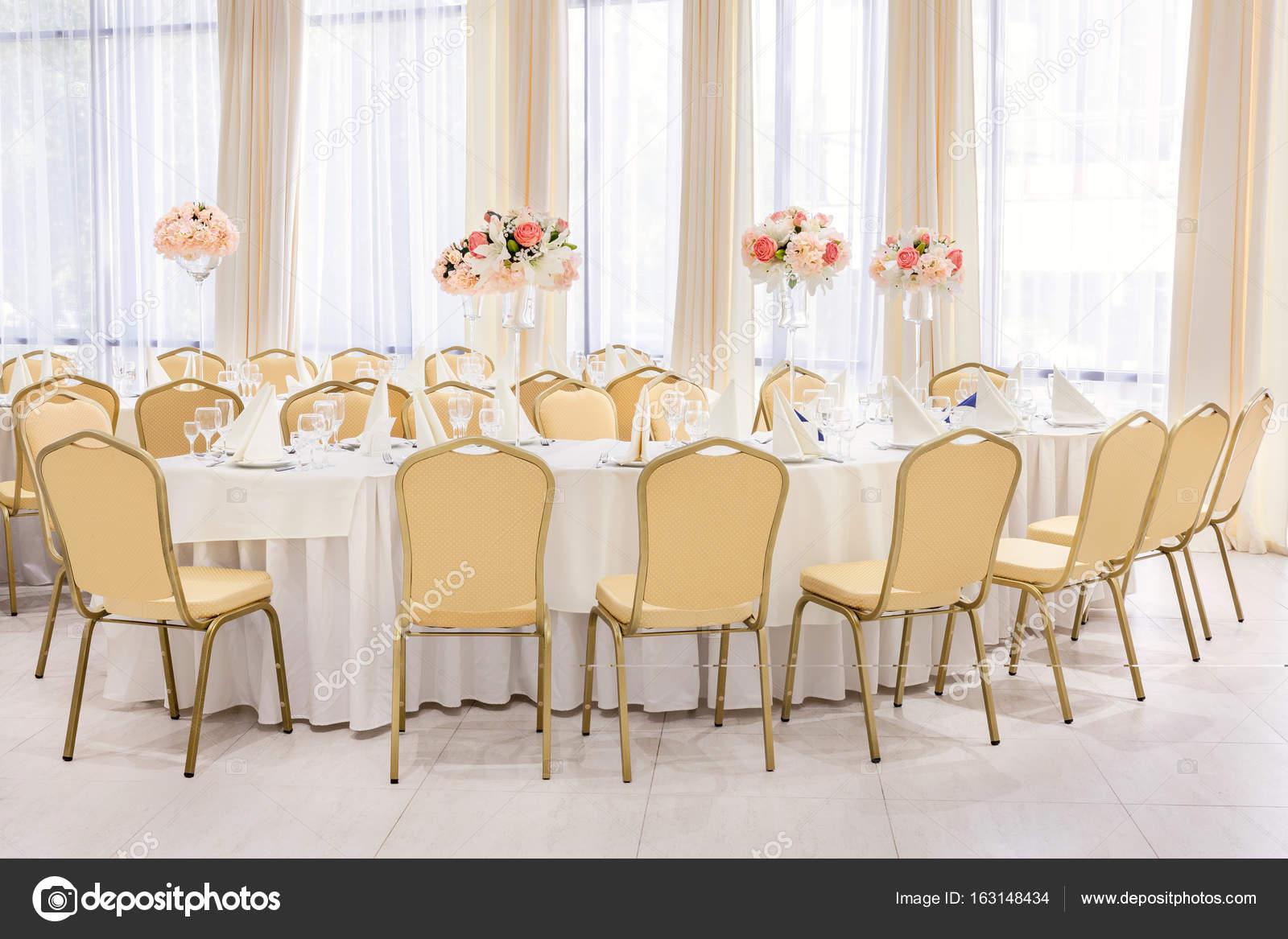 Schön eingerichtete Zimmer in Pastelltönen weiß mit gedeckte Tische ...