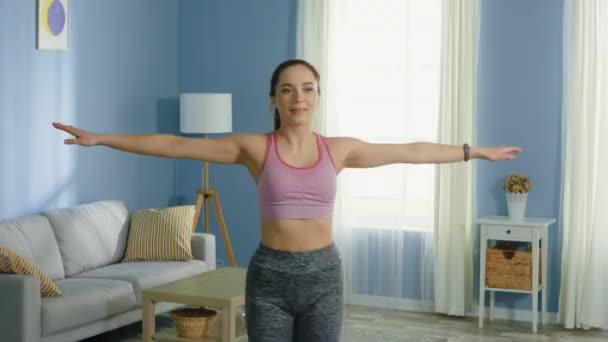 Fiatal nő csinál Hip Rotations