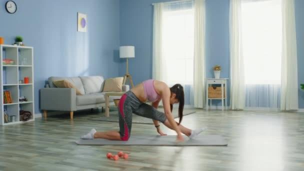Fiatal nő és teljes test Stretch Routine