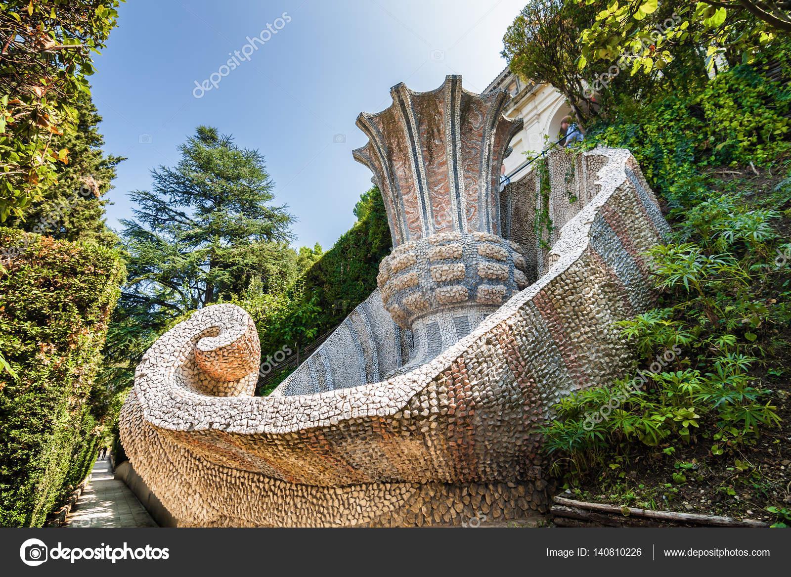 Vue Ensoleillee D Une Des Fontaines Du Jardin De La Villa D Este