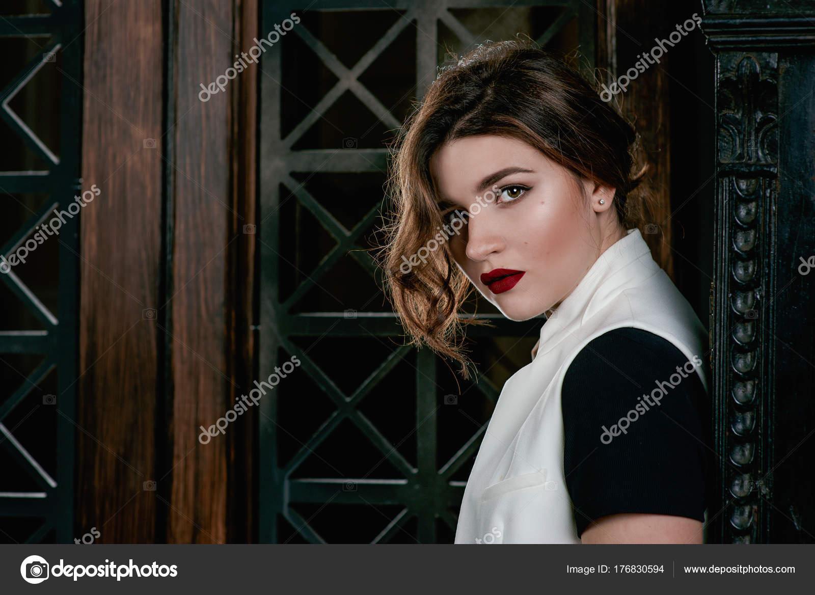 e0adaf6d93d3 Portraite Του Νεαρή Όμορφη Γυναίκα Λυπημένος Κοντά Καστανά Μαλλιά ...