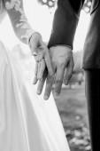 Zamilované ruce manželského páru. Koncept vztahu, lásky a něhy