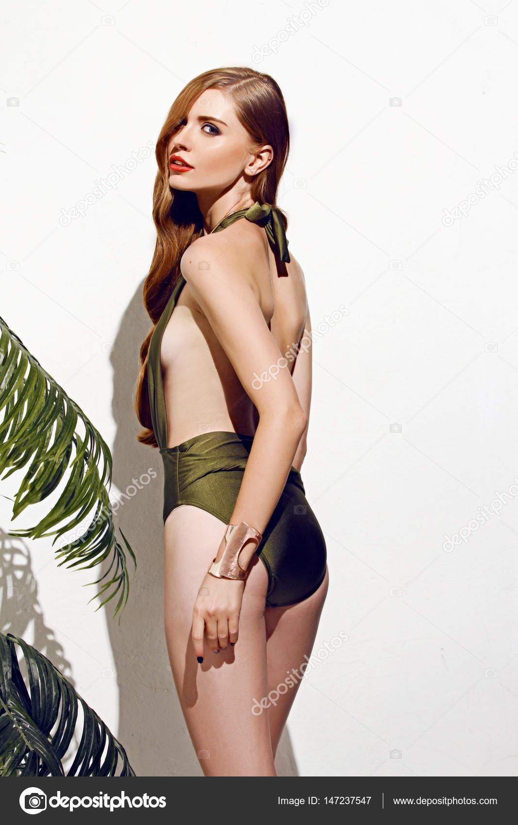 Bikini Badpak Ineen.Sexy Meisje Met Rood Haar Permanent Op Geisoleerde Op Witte