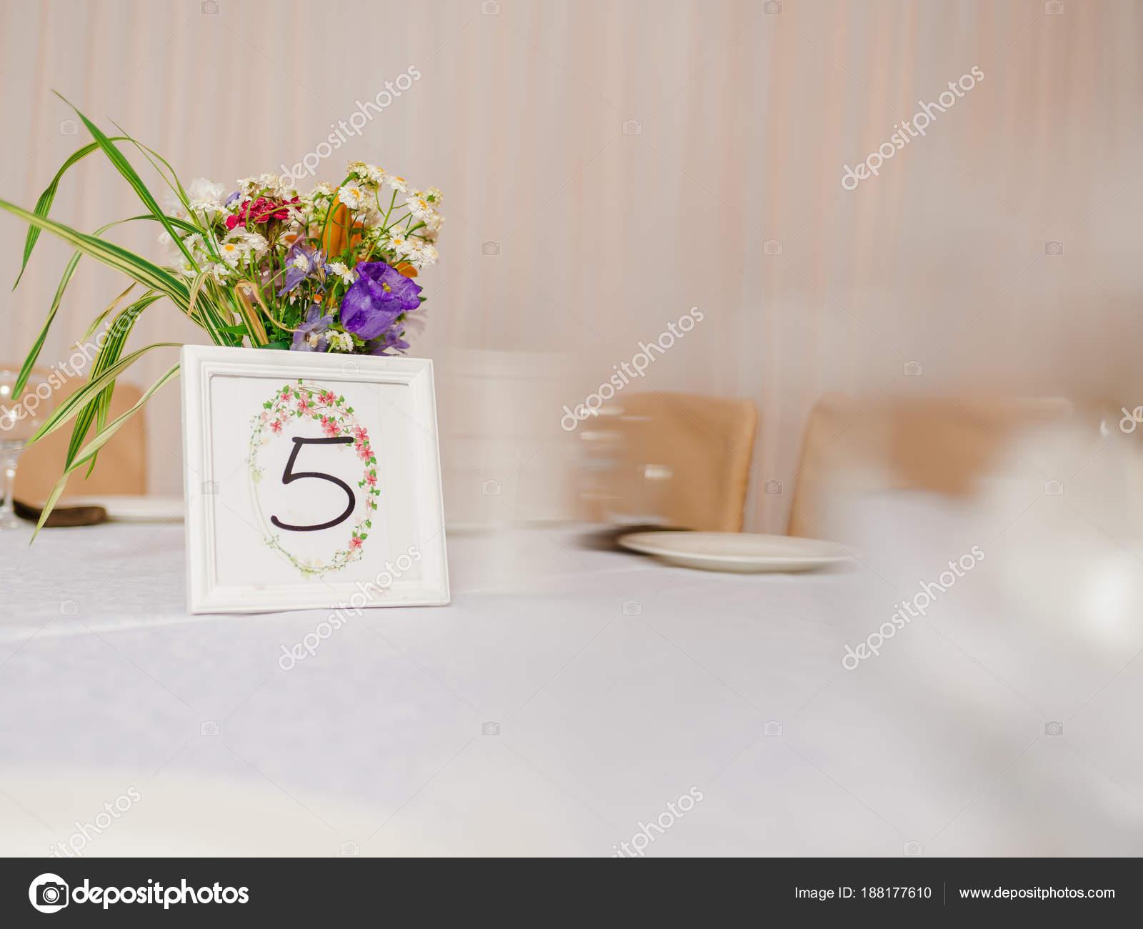 dc045ad52dd6 Διακοσμήσεις γάμου. Πίνακας διακόσμηση. Άγρια λουλούδια στο βάζο. Αρίθμηση  των πινάκων. Δισκία για την αρίθμηση των πινάκων. Καθίσματα για τους  επισκέπτες ...