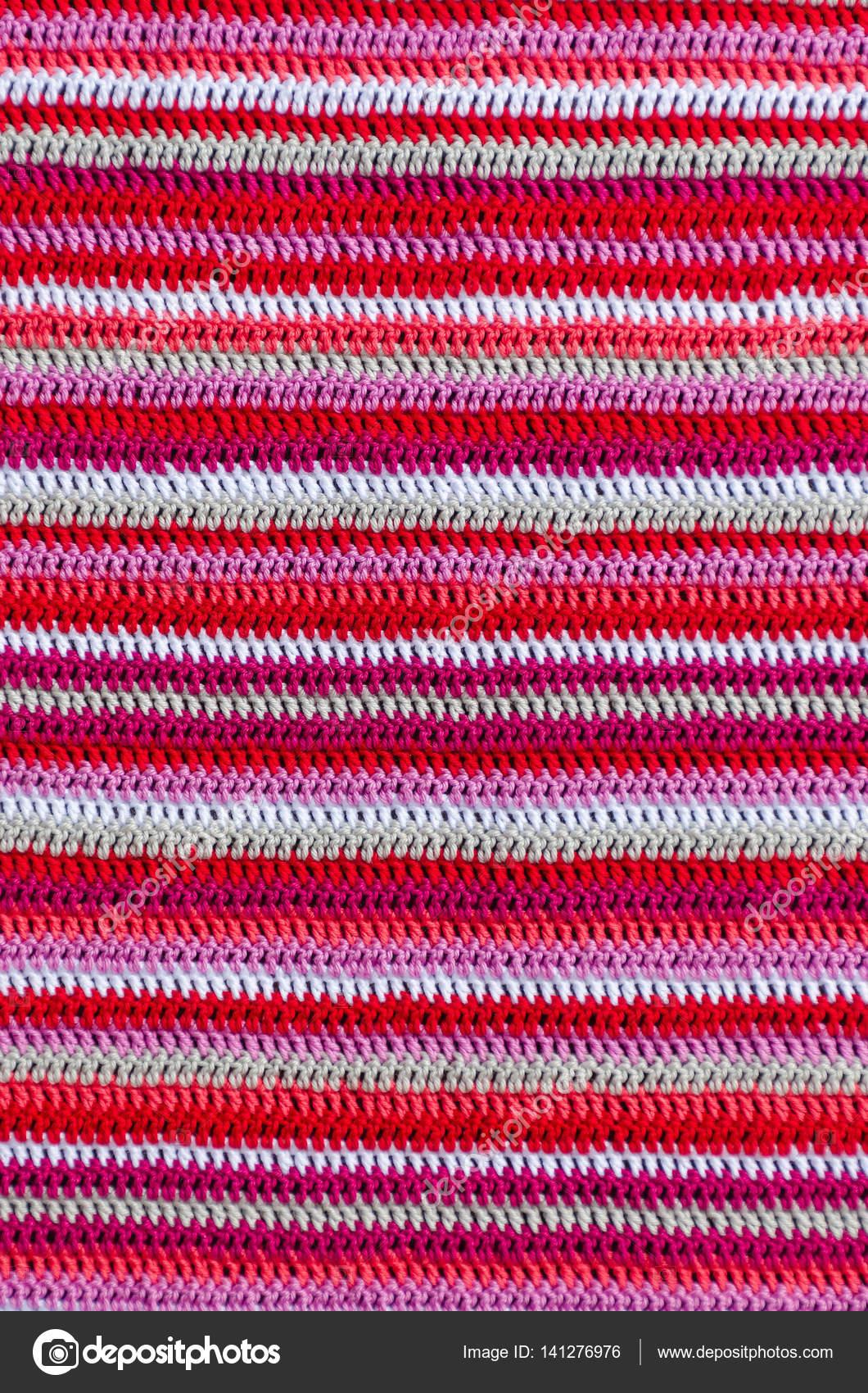 Häkeln Sie Stoff In Weißen Und Roten Farben Mit Einem Streifen