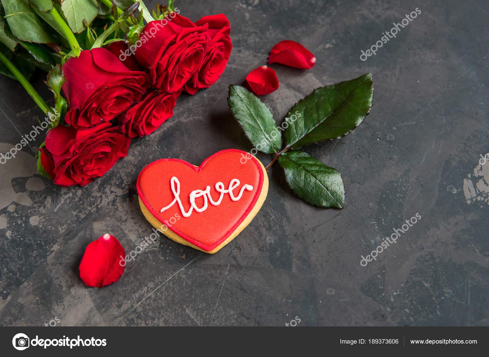 Roses Rouges Et Des Biscuits En Forme De Coeur Avec Texte
