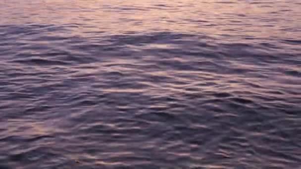 Szép lassan a hullámok morajlására a napsugarak naplemente