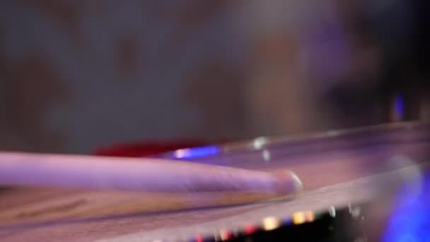 alsócomb, a kezében egy dobos, élő Jazz koncert.