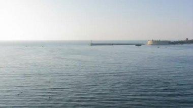 časová prodleva natáčení krásný výhled na zátoku shora pohyb lodí a plachetnic v přístavu při západu slunce zrychlené snímání Sevastopol, Krym, Ukrajina