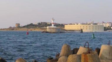 časosběrné snímání pohled bílý maják na druhé straně pobřeží při západu slunce čluny a lodě, vplouvá do zálivu Sevastopol, Krym, Ukrajina