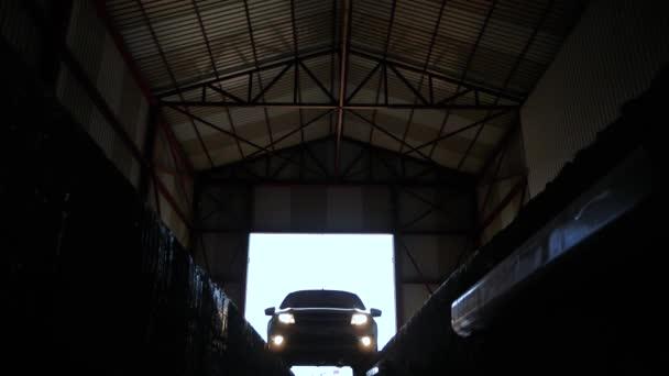vozidla dorazí čerpací stanice. pohled zdola automobilové opravy. auto ujede do velké garáže pro diagnózu
