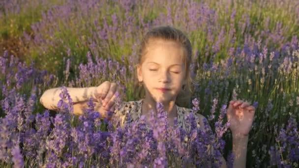 Gesunder Lebensstil. Harmonie Natur. schönes Gesicht nettes kleines Mädchen. natürlicher Blütenduft. Lebensgefühle genießen. Sommerferienzeit Reisedorf. Porträt close-up.sunset bunte Töne im Freien