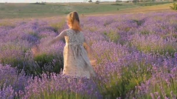 legrační malá holčička si radostně prchající a šťastný skákání krásné místo venku krajinu. Po dobu letních školních prázdnin