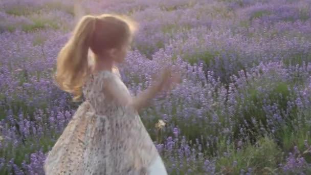 koncepció holiday szórakozás. szép kis szőke lány ruha tánc természet gyönyörű táj nyári szezonban