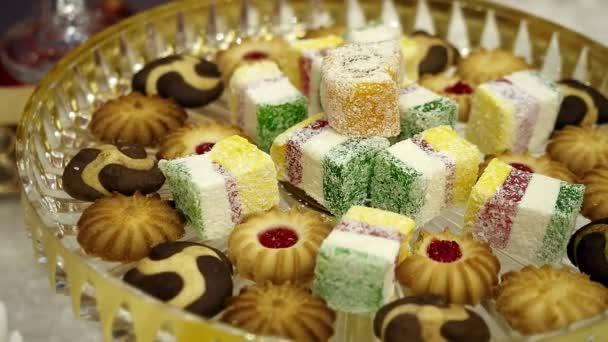 Tabulka dezert. džem z ovoce cookie a vícebarevné marmeládu. sladká jídla. video hnutí
