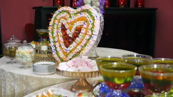barevné bufetového stolu s ovocné dezerty a marshmallow krásné dekorace jídlo design srdce tvar. koncept dovolené