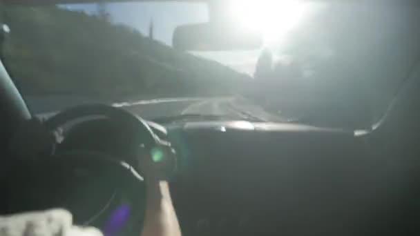 Hyperlapse-Video Autofahren auf der Vorstadtstraße bei Tageslicht im Innenraum. Hände Mann Kontrolle Auto, hohe Geschwindigkeit. Konzept Reise und Reise, Beruf Fahrer lange Autobahn.