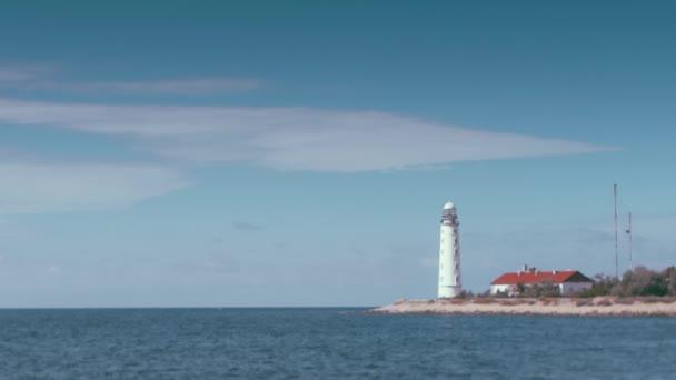 schöne alte weiße Leuchtturmlandschaft, in der Wolken wie im Zeitraffer animiert werden, aber der Ozean, die Wellen und die Küste unbeweglich sind. Kann in einer Endlosschleife für endloses Abspielen von Kinemagraphen verwendet werden.