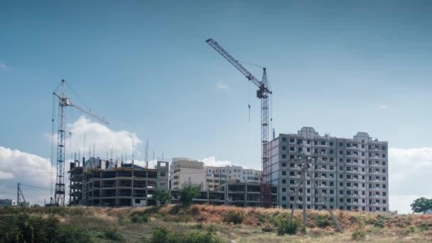 Jeřábi již nepracují na staveništi venkovní slunečný den. vysoký jeřábi stojí nehybně proti pozadí plovoucí mraky modrá obloha .work zastavil výsledek hospodářské krize.