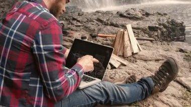Trekker použitím bankovní aplikace na touchscreen