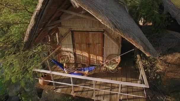 Hangmat Op Balkon : Luchtfoto drone quadcopter beelden van vrouw ontspannen een