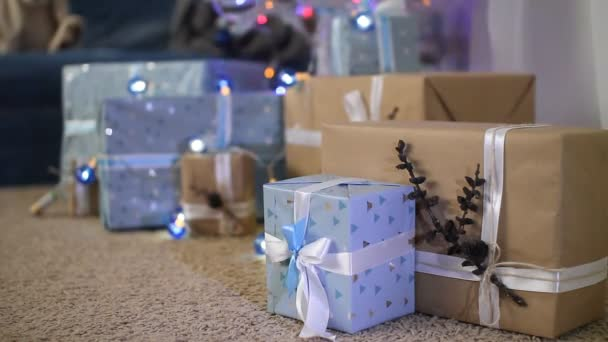 Silvestrovské dekorace. dekorační modré lucerny a dárkové krabice pod jedle