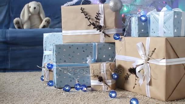 Silvestrovské dekorace v modré a béžové barvy. dekorační modré lucerny a dárkové krabice pod jedle