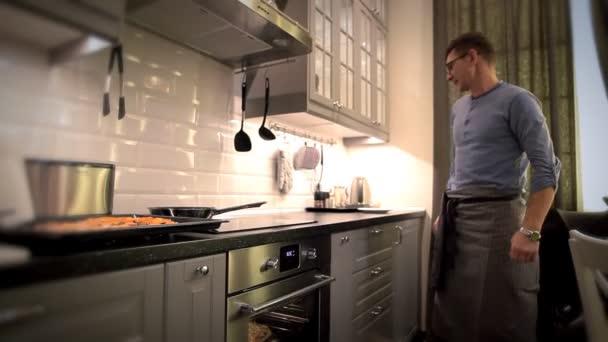 muž za zástěru tanec v kuchyni.