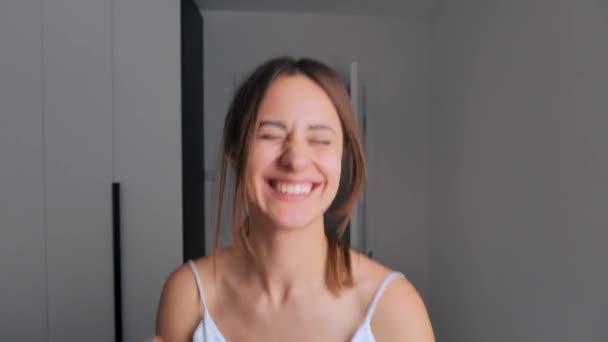 Šťastná nevěsta se hýbe radostí a úsměvy