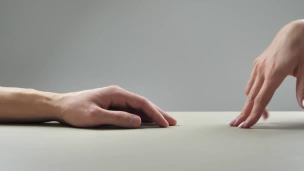 Szerelmes pár. Nő és férfi kéz megérintik egymást. Két kar. A gyengédség, szeretet és gondoskodás fogalma. Partnerség és barátság. 4k