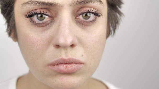 Detailní záběr na krásnou mladou modelku dívající se do kamery. Dívka s velkýma zelenýma očima. 4k