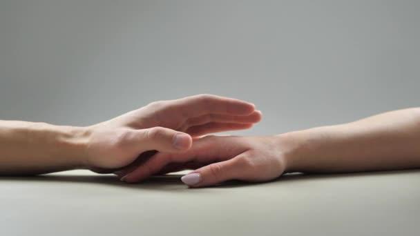 Szerelmes pár. Nő és férfi kéz megérintik egymást. Két kar. A gyengédség, szeretet és gondoskodás fogalma 4k