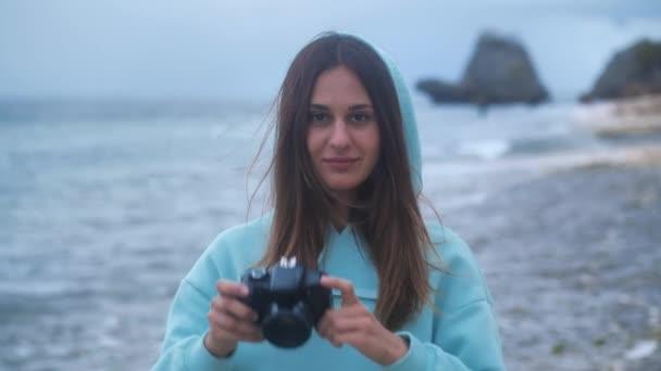 Girl take photo video on dslr mirrorless camera ocean background 4k