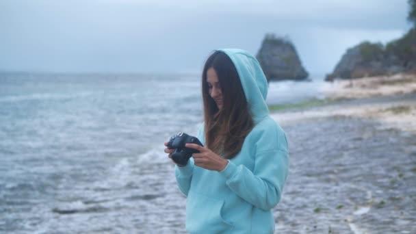 Lány fotózni videó dslr tükör nélküli kamera óceán háttér 4k