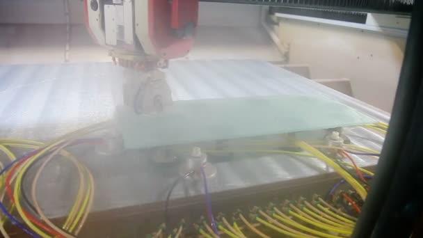 Řezání skla na stroj