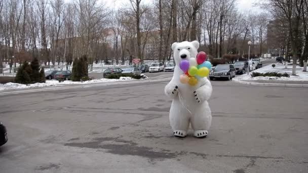 V zimě lední medvěd s barevnými balónky