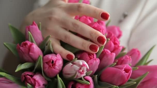 Mladá žena romantická kytice z růžové tulipány