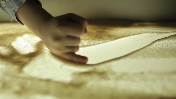 hildren felhívni a kezüket a homok, a megvilágítás
