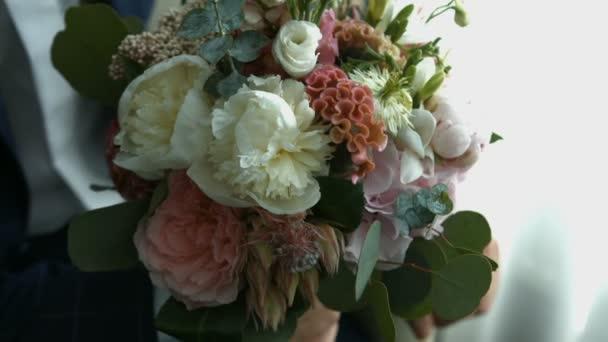 Ženich s kyticí květin, svatební květiny s orchidejemi a růže pro zvláštní události