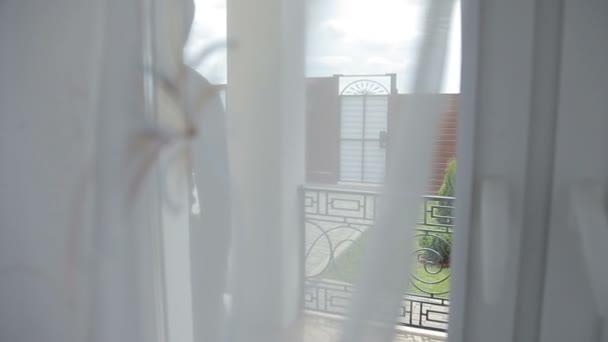 Lupič na sobě černé oblečení kabát nebo zloděj, vloupání do domu přes terasu dveře okna domů nebo hotel, zatímco klienta nebo zákazníka nebo turistické jít nakupovat. padouch skrýt za dveřmi