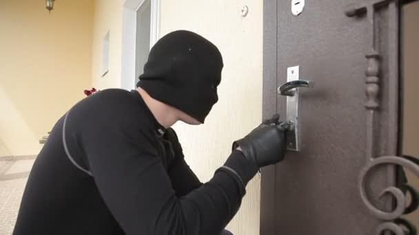 lupič drží zámek výběr otevřít housedoor zloděj rozdělí dveřní zámek