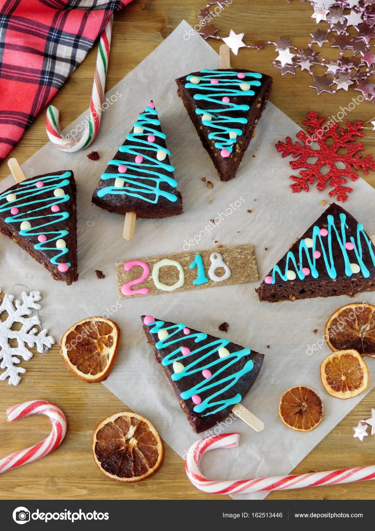 Nouvel an 2018. Pâtisserie de Noël, bonbons et décorations. Gâteaux décorés  comme des arbres de Noël. Composition de Noël et nouvel an \u2014 Image de Kcuxen