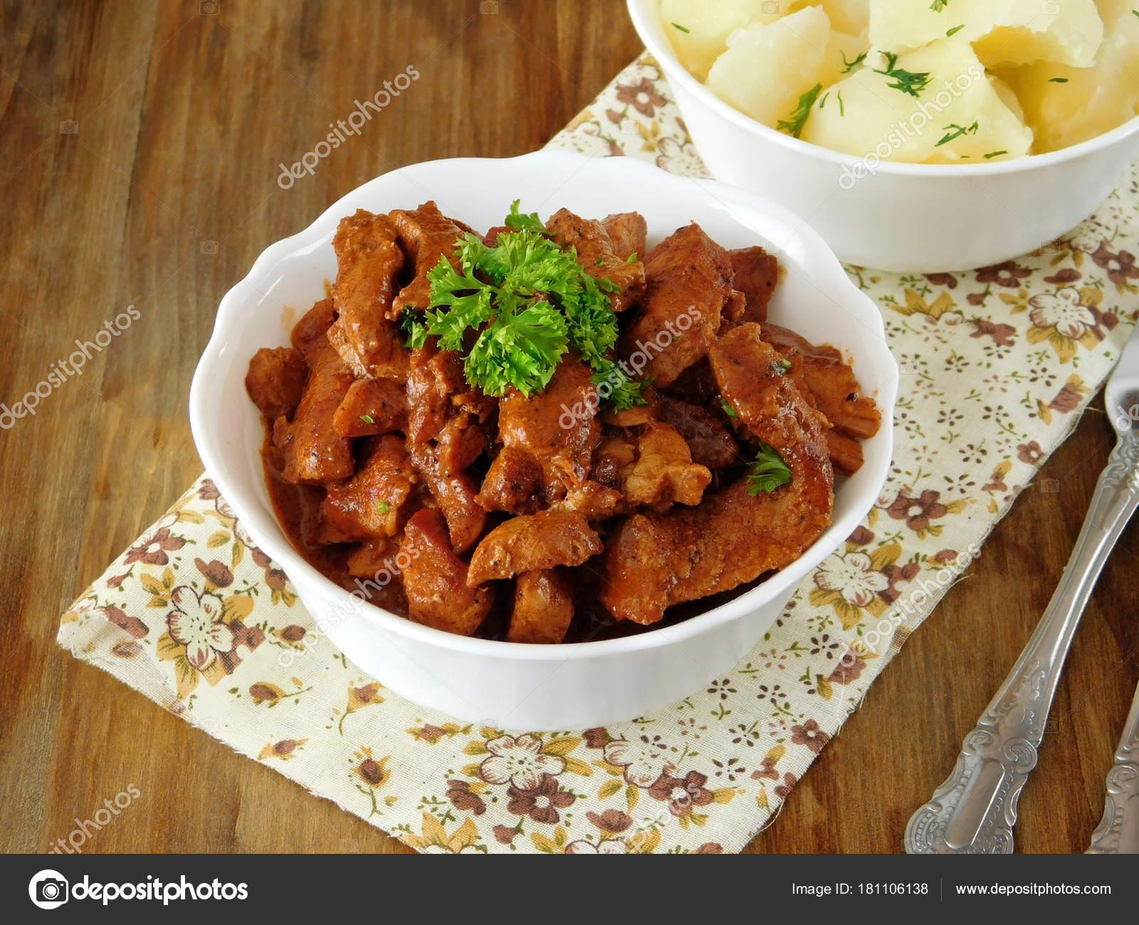 Fleisch Geschmort Rotwein Auf Einem Holztisch Spanische Küche Essen ...