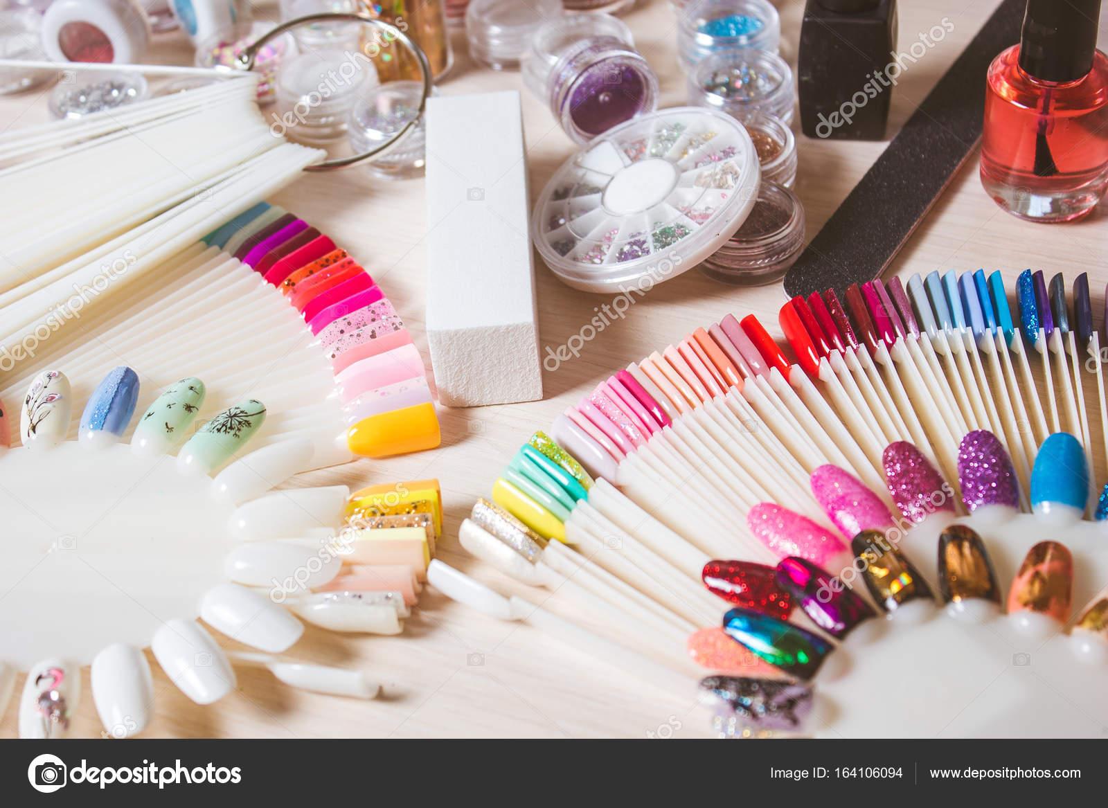 Decoratie voor nagel ontwerp ingesteld op bureau u2014 stockfoto