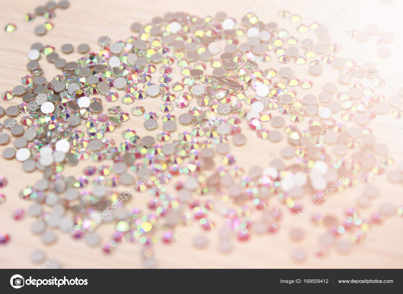 Brillantes diamantes de imitación en el marco. Cristales de ...